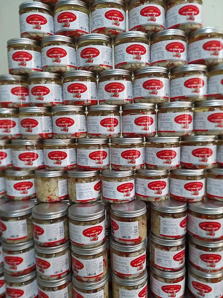 Hơn 5 nghìn hộp tỏi ngâm giấm ớt vừa được xuất khẩu chính ngạch bằng đường biển sang Cộng hòa Séc.
