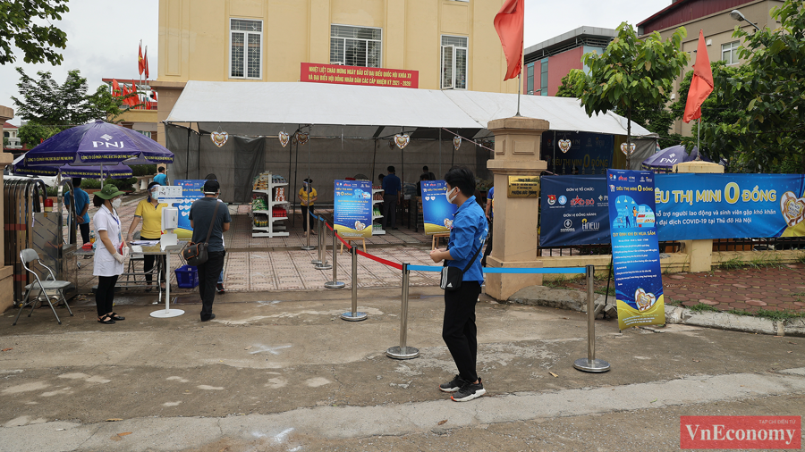 """Dự kiến, chương trình sẽ tổ chức 20 điểm """"siêu thị 0 đồng"""" trên địa bàn Hà Nội, với mỗi điểm sẽ phục vụ từ 500 - 1.000 khách hàng, mỗi khách hàng sẽ được nhận một phiếu mua hàng trị giá 400.000 đồng."""