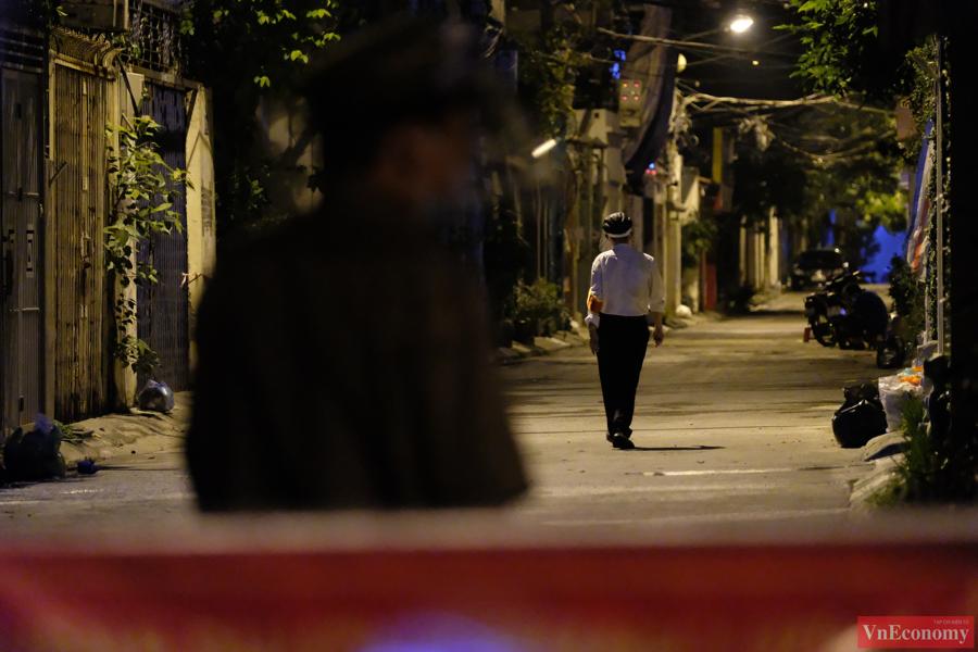 Đêm đã khuy nhưng lực lượng chức năng vẫn tiếp tục công việc khẩn trương truy vết, đồng thời nhắc nhở các hộ dân ai ở nhà nấy, bình tĩnh nghe theo chỉ dẫn của UBND phường.