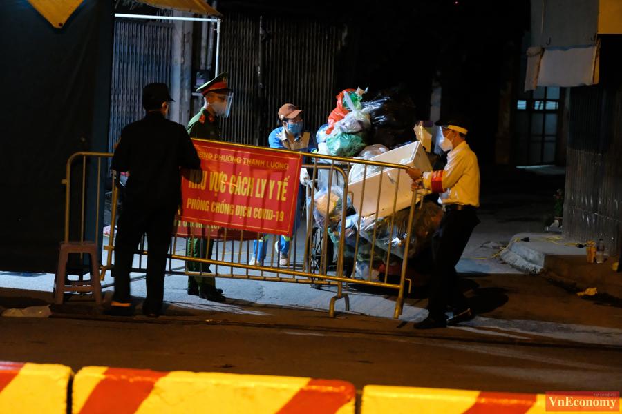 UBND phường Thanh Lương cũng yêu cầu người dân chủ động ghi nhớ lịch trình tiếp xúc hằng ngày để khai báo y tế.