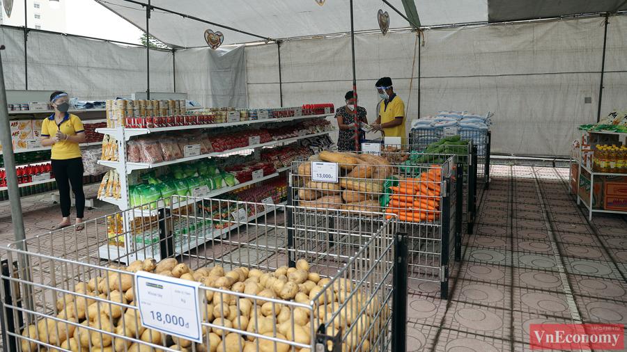 Tất cả các sản phẩm đều có nguồn gốc xuất xứ rõ ràng, được cung ứng từ những đơn vị lớn có uy tín tại địa phương, phân theo từng khu vực lương thực thực phẩm khô, thực phẩm tươi, gia vị… để mọi người dễ dàng lựa chọn.