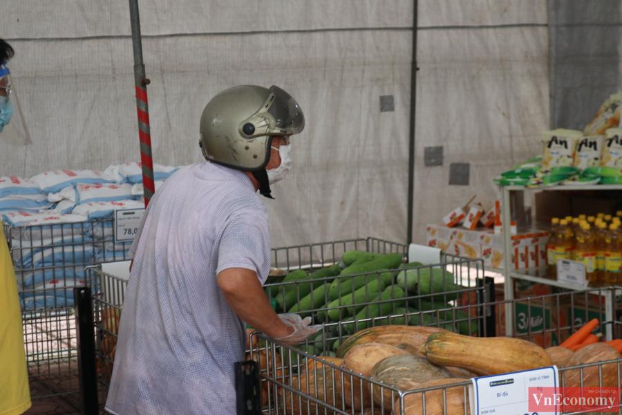 Mỗi siêu thị có hơn 60 mặt hàng từ thực phẩm khô đến các thực phẩm tươi, gia vị, rau củ quả… trong đó, có nhiều sản phẩm OCOP (mỗi xã một sản phẩm) của Hà Nội.