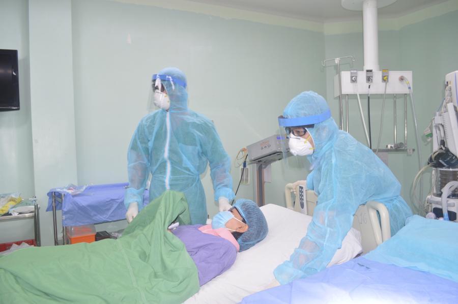Các bác sỹ tại Bệnh viện Cần Thơ đang thăm khám cho bệnh nhân.