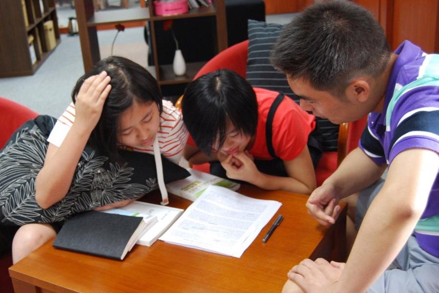 Học thêm là hoạt động không thể thiếu với nhiều học sinh tại Trung Quốc - Ảnh: SCMp