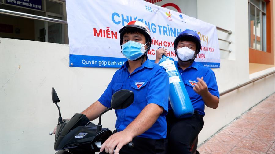 Các tình nguyện viên quận Đoàn sẽ chở oxy bằng xe máy đến tận nhà cho các bệnh nhân đang cách ly.