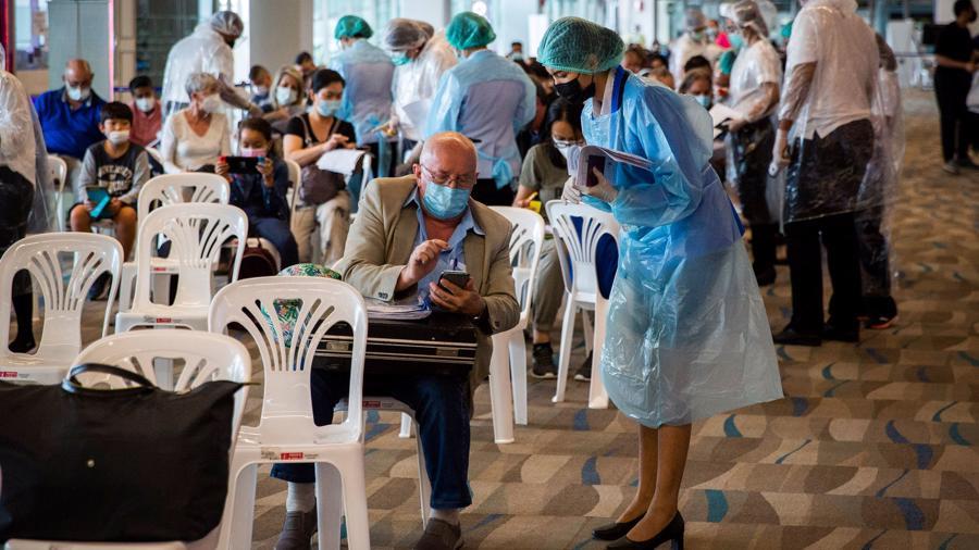 Nhân viên Sân bay Quốc tế Phuket và nhân viên y tế mặc đồ bảo hộ cá nhân hỗ trợ du khách nhập cảnh vào Phuket ngày 18/7/2021 - Ảnh: Getty Images