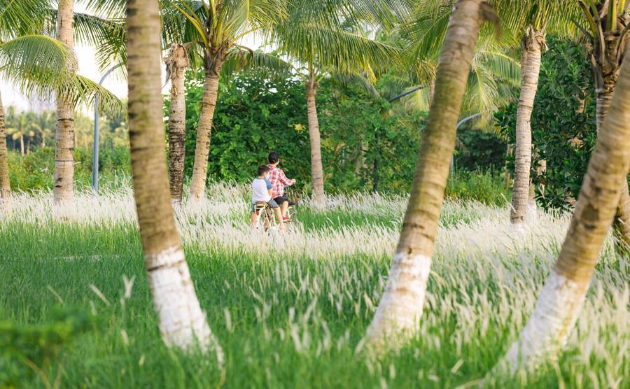 Tại Ecopark, không gian xanh mênh mông giúp con chị Hoài An có không gian vui chơi trong mùa Covid.