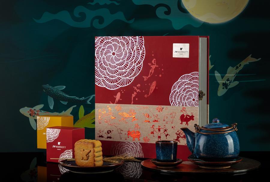 Ăn một miếng bánh Trung thu, thưởng thêm một tách trà cổ truyền cùng khách sạn JW Marriott Hà Nội.