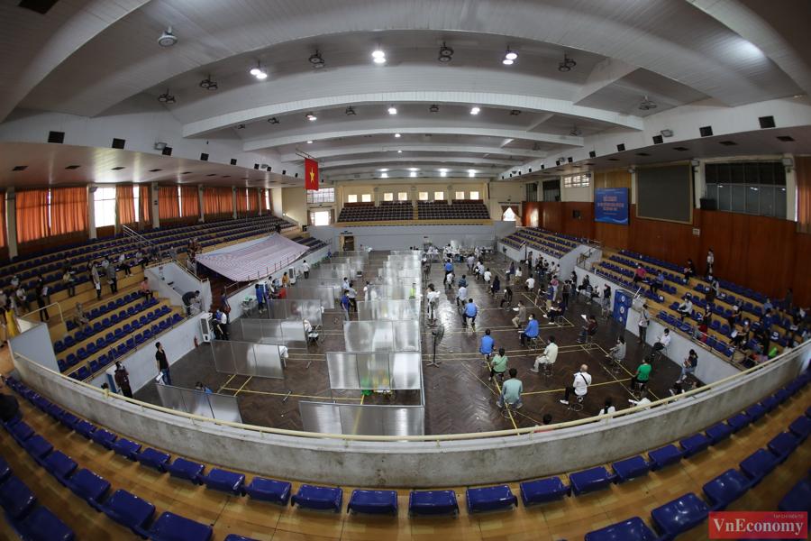 Hà Nội đã phải trưng dụng nhà thi đấu Trịnh Hoài Đức làm điểm tiêm vaccine phòng Covid-19 trên diện rộng cho người dân Thủ đô.