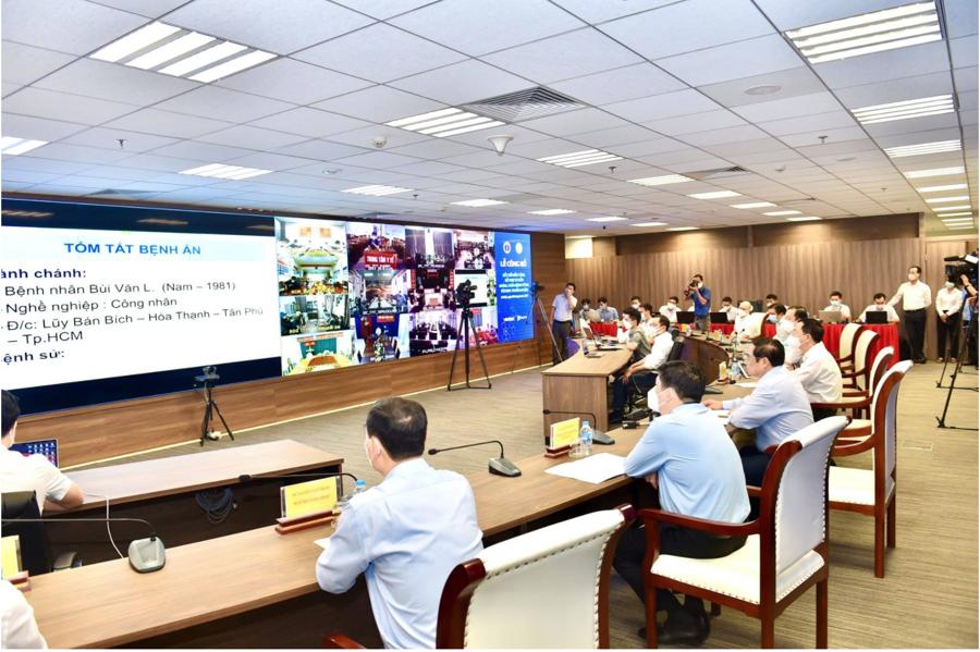Thủ tướng Chính phủ và các đại biểu đã chứng kiến các bác sĩ kết nối hệ thống Telehealth để hội chẩn, tư vấn điều trị cho các trường hợp mắc Covid-19 đang chuyển biến nặng.