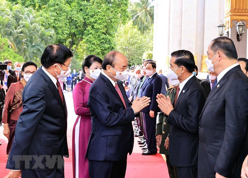 Tổng Bí thư, Chủ tịch nước Lào Thongloun Sisoulith đón tiếpChủ tịch nước Nguyễn Xuân Phúcvà phu nhân cùng Đoàn đại biểu cấp cao Đảng và Nhà nước Việt Nam - Ảnh: TTXVN