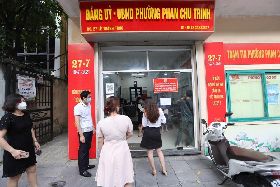 Người dân xếp hàng chờ xin giấy xác nhận của UBND phường chiều ngày 9/8. Ảnh: Phương Thảo.