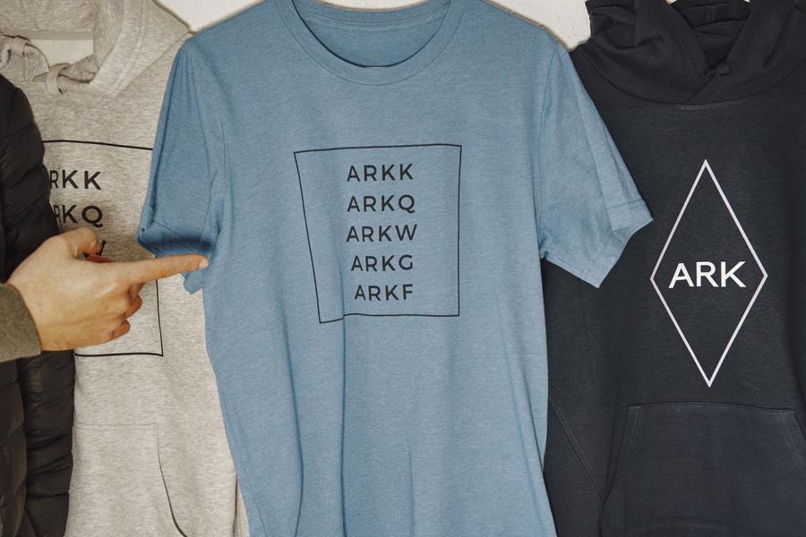 Người hâm mộ nhà quản lý quỹ Cathie Wood bán những chiếc áo phông in dòng chữ ARK, mã của các quỹ do bà sáng lập và quản lý - Ảnh: WSJ.
