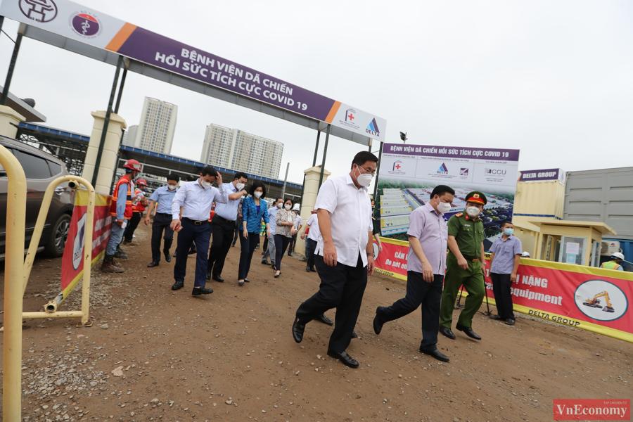 Chiều nay,Bí thư Thành ủy Hà Nội Đinh Tiến Dũng đã tớikiểm tra công tác xây dựng bệnh viện dã chiến tại quận Hoàng Mai.