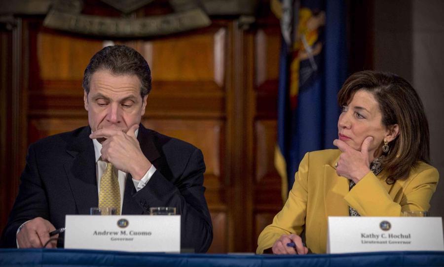 Thống đốc New York Andrew Cuomo (trái) và Phó thống đốc Kathy Hochul.