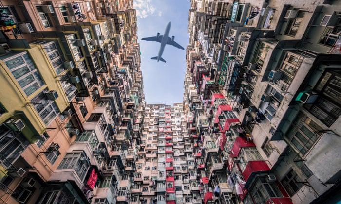 Những căn chung cư cũ với hàng nghìn căn hộ siêu nhỏ phổ biến tại Hồng Kông - Ảnh: The Guardian