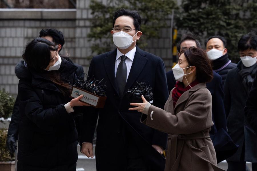 Người thừa kế tập đoàn Samsung Jay Y. Lee xuất hiện tại một toà án ở Seoul vào tháng 1/2021 - Ảnh: Bloomberg.