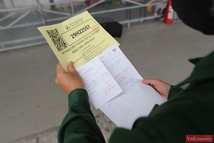 Ngay sau khi lấy mẫu xét nghiệm, các tài xế chờ 30 phút để lấy kết quả.