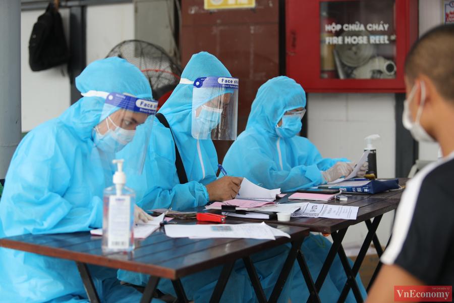 Đội ngũ y tế tiến hành lấy mẫu xét nghiệm tại bến xe Nước Ngầm là y bác sĩ của bệnh viện Nam Thăng Long phối hợp cùng Cục Y tế Giao thông Vận tải.