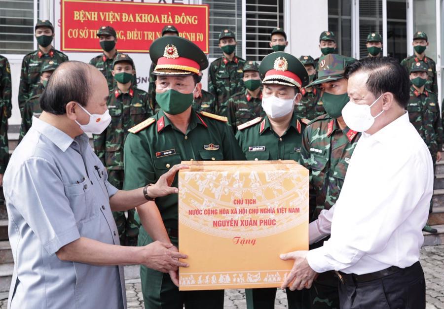 Chủ tịch nước tặng quà cho các cán bộ, chiến sĩ Bộ Tư lệnh Thủ đô - Ảnh: VGP