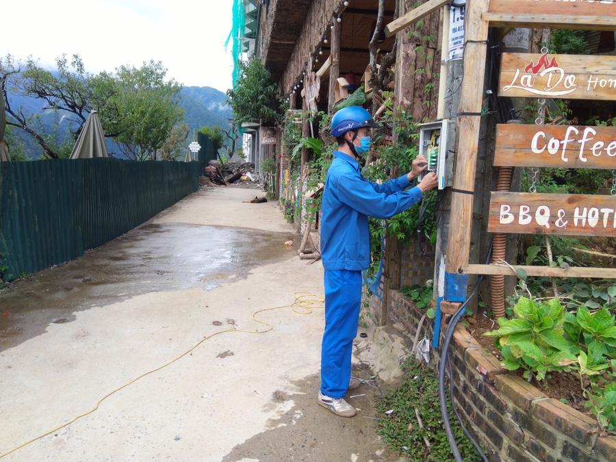 Người kỹ thuật viên dũng cảm Mai Đức Cảnh trong công việc hàng ngày tại SaPa.