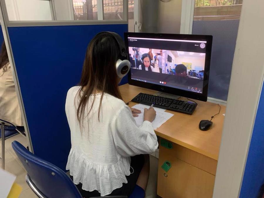 Người lao động hỗ trợ tư vấn việc làm qua hình thức online.