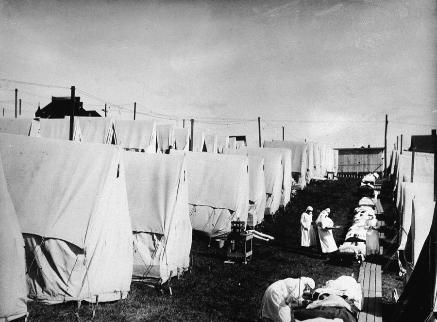 Y tá chăm sóc bệnh nhân trong đại dịch cúm Tây Ban Nha ởMassachusetts, Mỹ, năm 1918 - Ảnh: Getty.