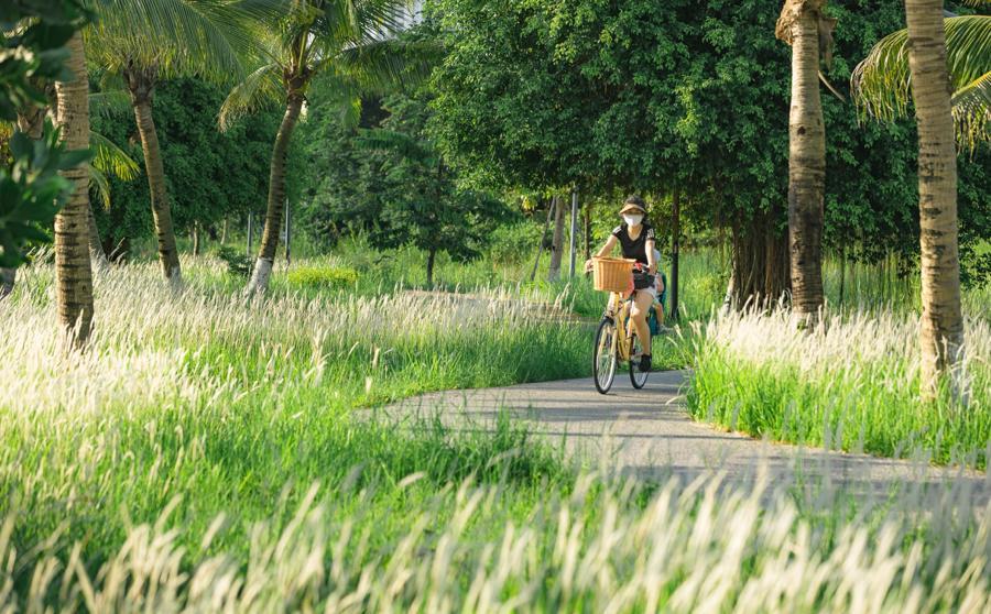 Mẹ con chị Hoài thong thả đạp xe, ngắm cảnh trong khu đô thị.
