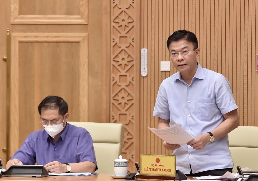 Bộ trưởng Bộ Tư pháp Lê Thành Long trình bàyđề nghị xây dựng Luật sửa đổi, bổ sung các luật để tháo gỡ khó khăn cho đầu tư, kinh doanh trong tình hình dịch bệnh Covid-19 -Ảnh: VGP/Nhật Bắc