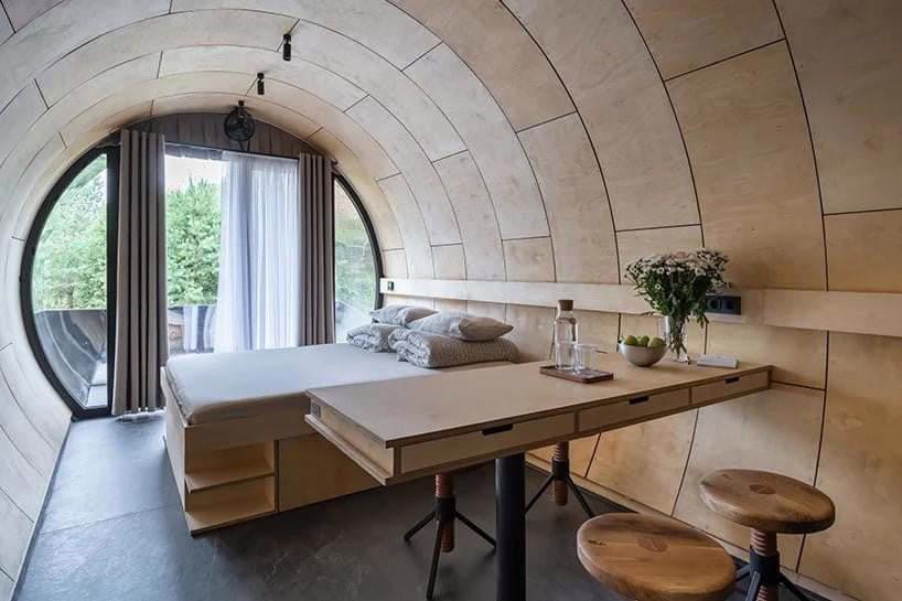 Căn nhà được trang bị đầy đủ tiện nghi, từ giường ngủ đến bếp và nhà tắm, phù hợp với người độc thân hoặc gia đình nhỏ.