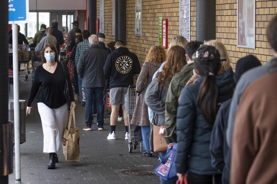 Người mua sắm xếp hàng dài trước một siêu thị ở thành phố Auckland, New Zealand ngày 17/8 - Ảnh: AP