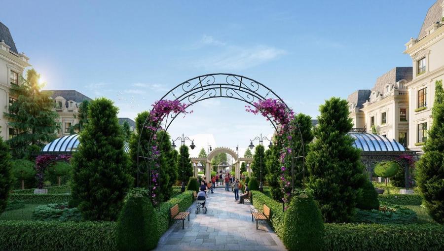 Khu vườn Hoàng Gia mang lại cảnh quan xanh mát cho toàn khu.