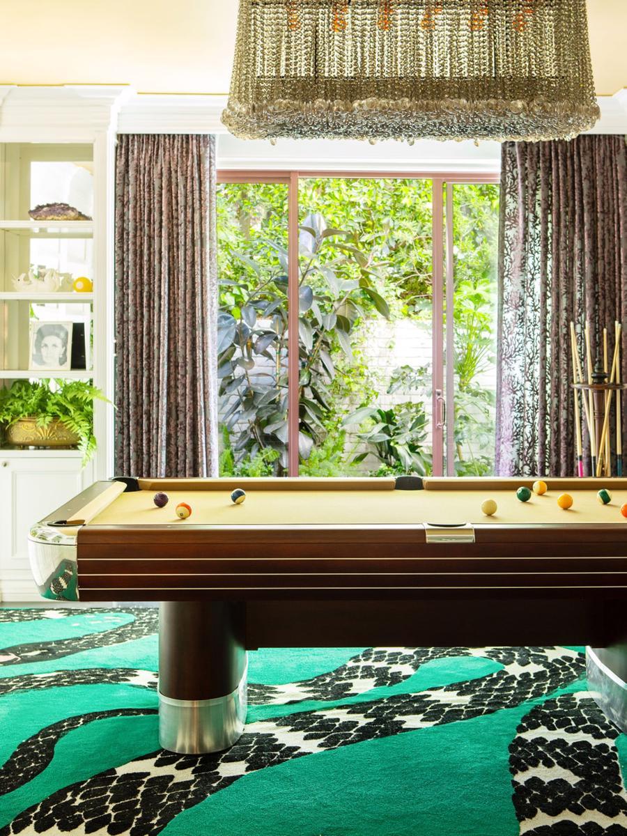 Mỗi phần trong căn biệt thự của Cara Delevingne, từ khu vực chơi poker đỏ rực cho đến căn nhà bóng, được thiết kế với cảm hứng vui vẻ, với tranh, thảm và giấy dán tường nhiều màu sắc.