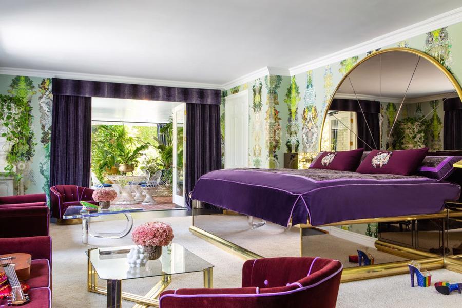 Phòng ngủ với chiếc giường kính rộng lớn màu tím nổi bật là nơi cô tái tạo năng lượng và dưỡng da, bạn cần ngủ sâu và có một giấc mơ thật đẹp để tràn đầy năng lượng vào buổi sáng.