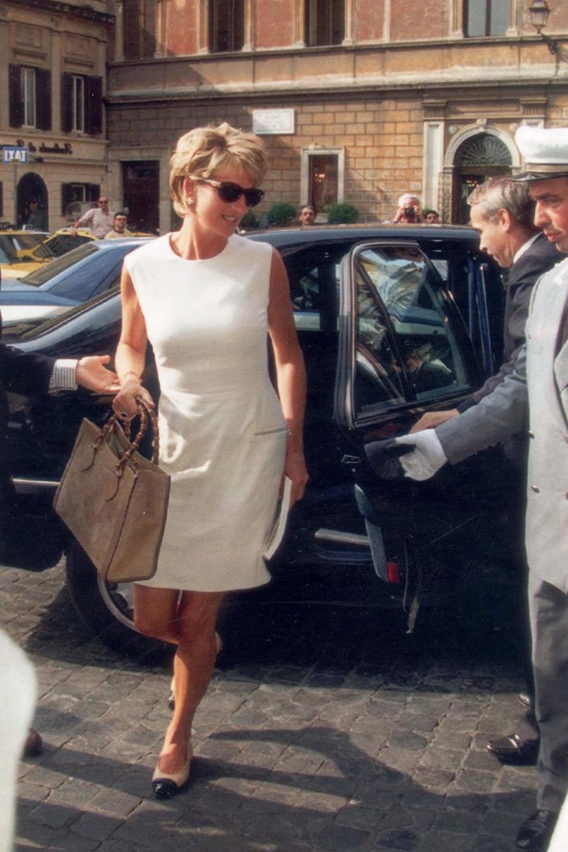 Gucci Diana Bag: chiếc túi tái sinh gây sốt làng thời trang - Ảnh 1