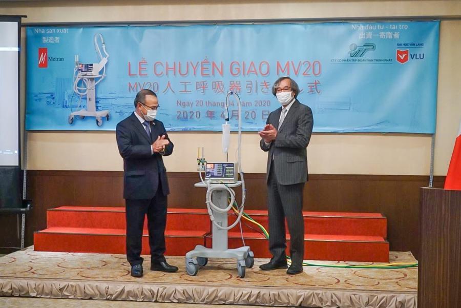 Ông Trần Ngọc Phúc - Chủ tịch Metran Japan trong lễ chuyển giao 2.000 máy trợ thở cho Việt Nam hồi tháng 4/2020.