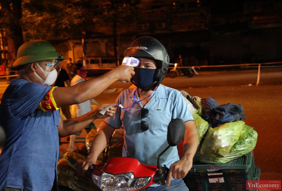 Chợ đầu mối phía Nam Hà Nội thận trọng trong ngày đầu mở cửa trở lại - Ảnh 2