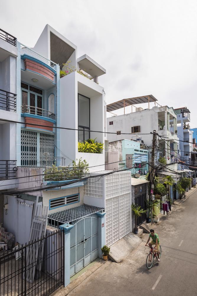 Căn nhà ống màu trắng độc đáo giữa phố thị đông đúc - Ảnh 1