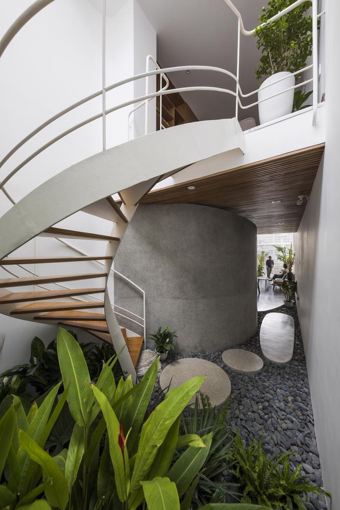 Căn nhà ống màu trắng độc đáo giữa phố thị đông đúc - Ảnh 4