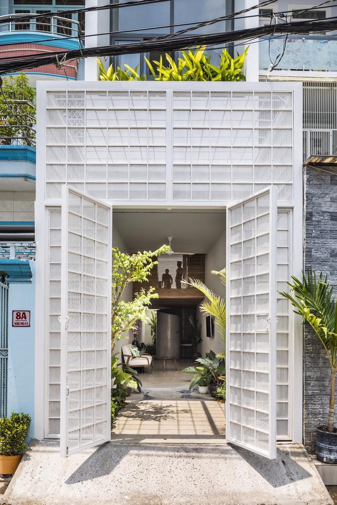 Căn nhà ống màu trắng độc đáo giữa phố thị đông đúc - Ảnh 2