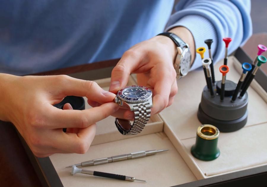 Dịch Covid-19 chứng kiếnsự bùng nổ về giá của những chiếc đồng hồ cũ trên    thị trường mua bán lại.