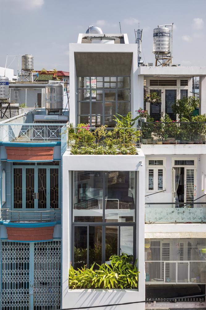 Căn nhà ống màu trắng độc đáo giữa phố thị đông đúc - Ảnh 12
