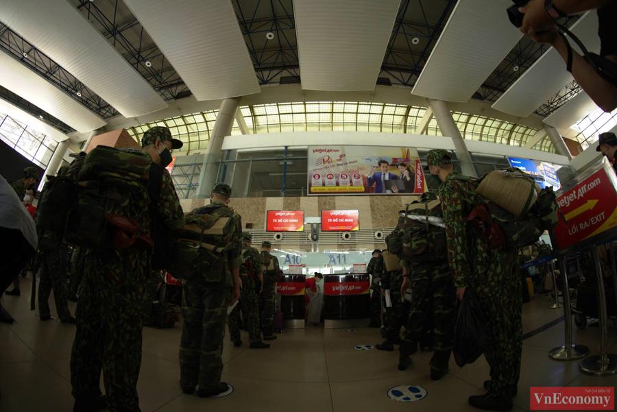 Tổ quân y lưu động thuộc Học viện Quân y đã làm thủ tục tại sân bay Nội Bài chiều hôm qua để di chuyển vào TP.HCM..