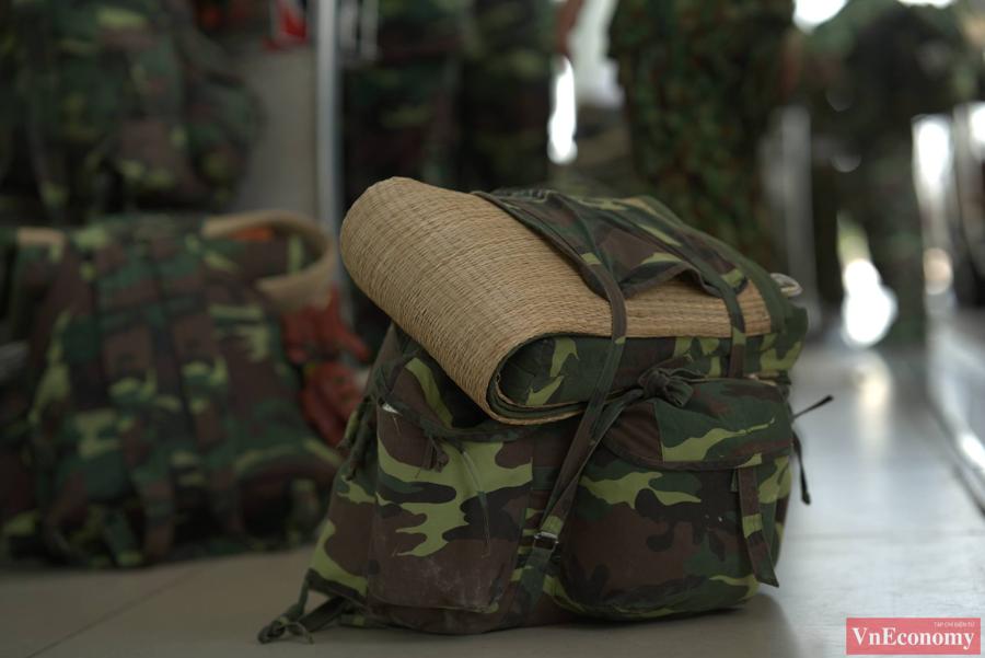 Hành trang đậm chất lính của các bác sỹ, học viên quân y.