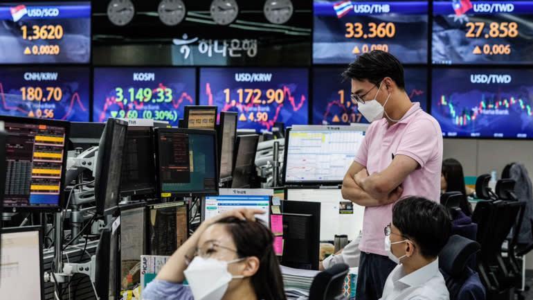 Không chỉ chứng khoán, thị trường tiền tệ châu Á cũng bị ảnh hưởng lớn bởi diễn biến dịch bệnh - Ảnh: Reuters