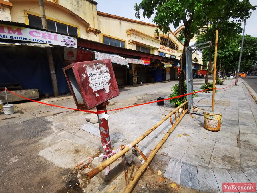Đại diện UBND quận Hà Đông cho hay, khu chợ sẽ bị phong tỏa tạm thời đến ngày 26/8 để phục vụ truy vết và lấy mẫu xét nghiệm các tiểu thương.