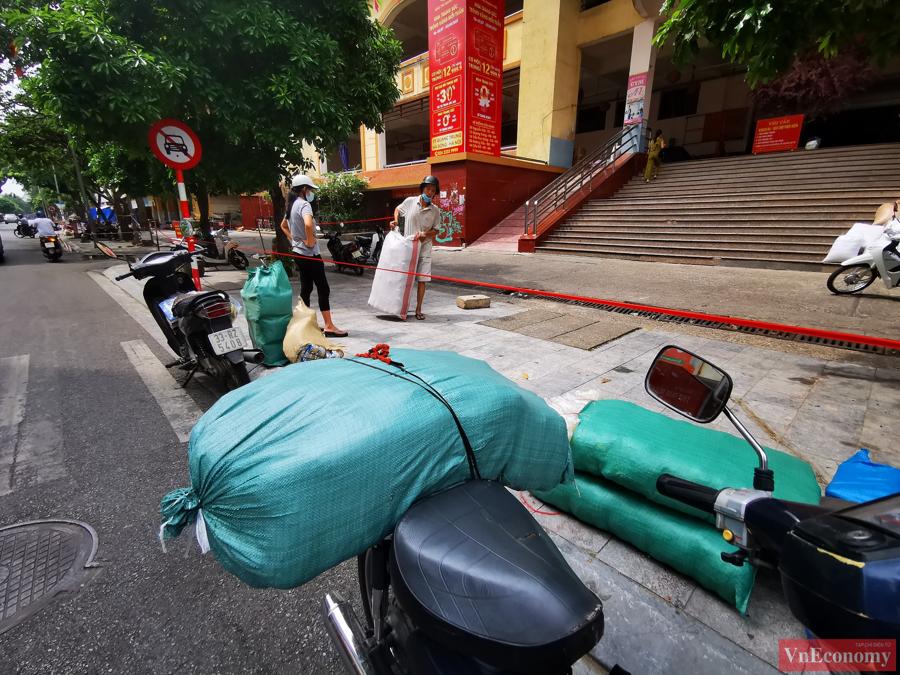 Ngaysau khi phát hiện một trường hợp F0 từng đến chợ, ban quản lý chợ Hà Đông yêu cầu các hộ kinh doanh tại khu bán thực phẩm thu dọn, che đậy hàng hóa và ra khỏi chợ để nhân viên y tế phun khử khuẩn.