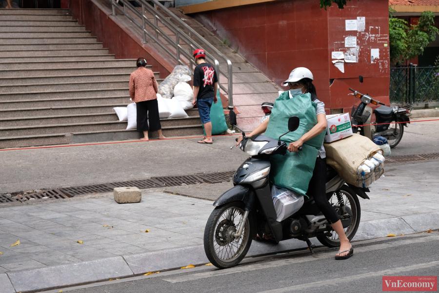 Cũng tại quận Hà Đông, 0h ngày 24/8/2021, lực lượng chức năng quận này đã tạm thời phong tỏa, cách ly y tế hai tuyến phố Nguyễn Thái Học và Trương Công Định (phường Yết Kiêu).