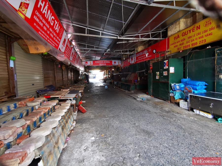 Chợ Hà Đông là một trong những chợ lớn nhất phía tây nam Hà Nội, nằm trên ba phố Bà Triệu, Lê Lợi, Trần Hưng Đạo. Chợ được chia làm hai khu vực bán các mặt hàng điện tử, quần áo, giày dép, đồ chơi trẻ em và thực phẩm.