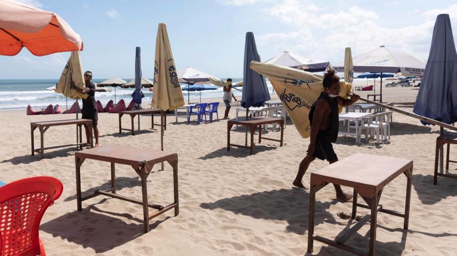 Một quán cafe bên bãi biển ở đảo Bali, Indonesia - Ảnh: Reuters